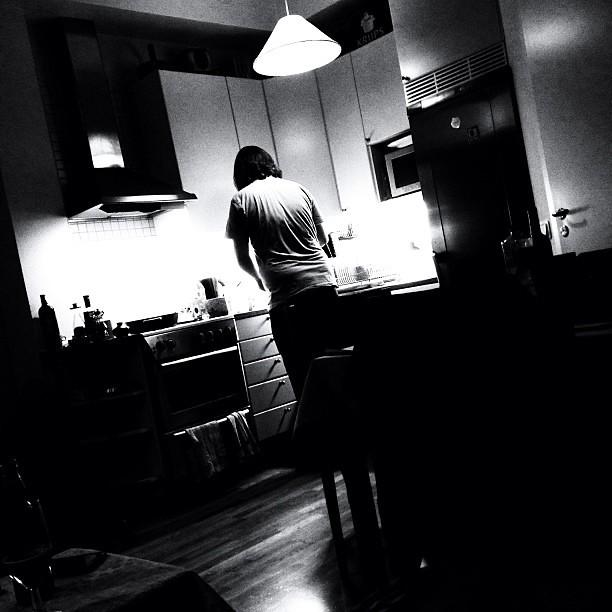 Det står en man där borta och lagar mat åt mig. Mycket nöjd med detta.