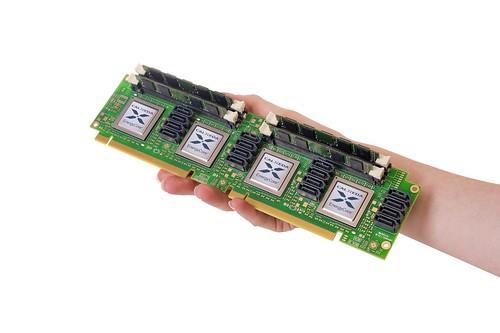 Инженеры Calxeda устанавливают до четырех систем-на-чипе EnergyCard на одну плату