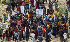 2011年,巴布亞紐幾內亞農民上街反對該國史上最大的土地收購案。綠色和平組織希爾頓(Paul Hilton)攝