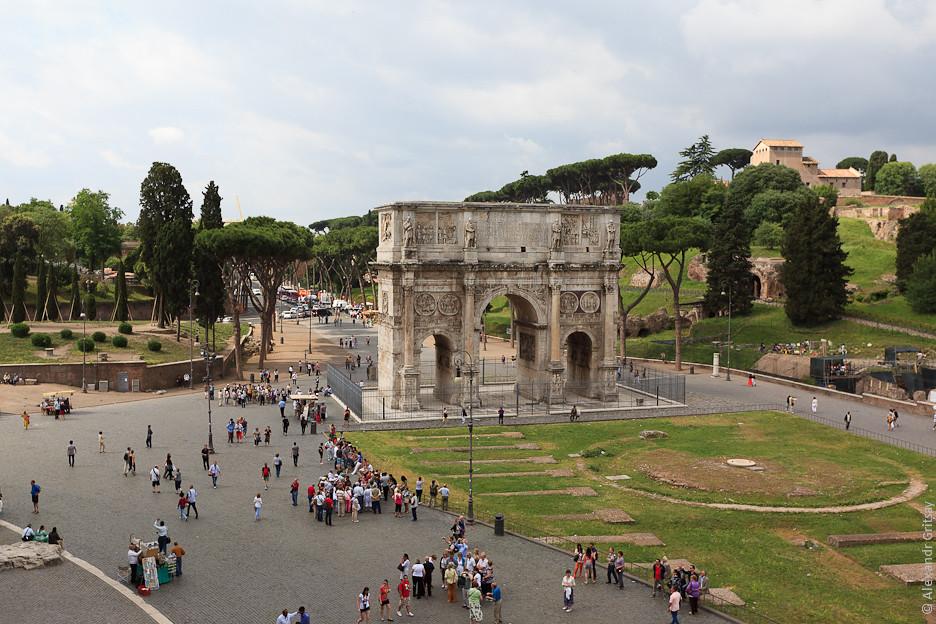 возле Колизея построили триумфальную арку