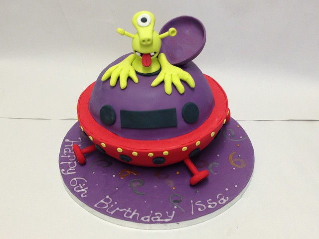 Alien Spaceship Cake http://www.flickr.com/photos/89142545@N06/8118995377/