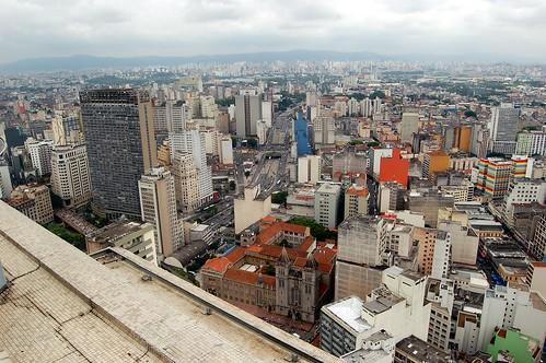 Zu den neuen Vierteln von Sao Paolo. Im Vordergrund bunt bemalte Häuser