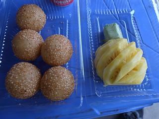 ごま団子とパイナップル