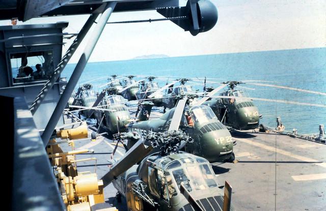 FLIGHTDECK UH34'S USS IWO JIMA VIETNAM 1965 - Trực thăng UH34 trên tàu sân bay USS Iwo Jima ngoài khơi Việt Nam 1965