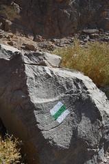 漆在石頭上的步道標示,可以清楚看見的白綠白