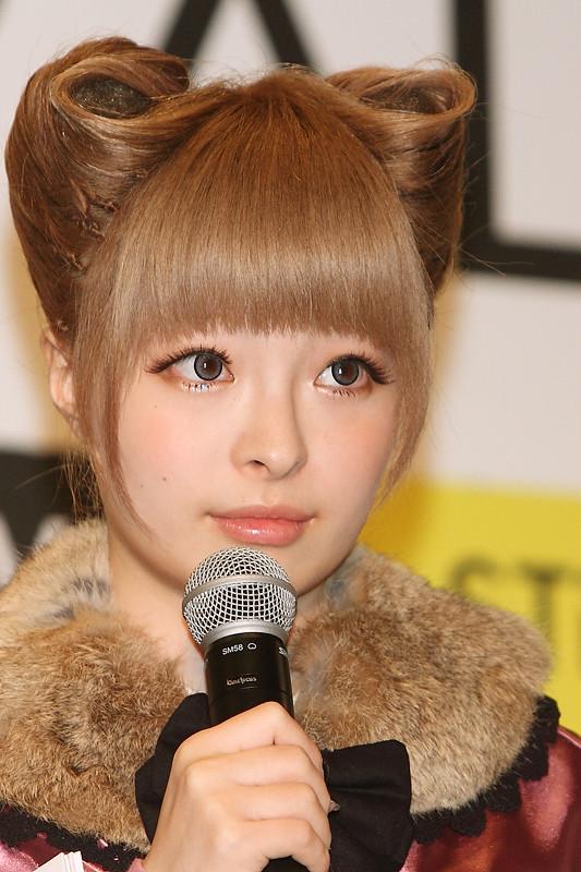 модели брюнетки с ушами: