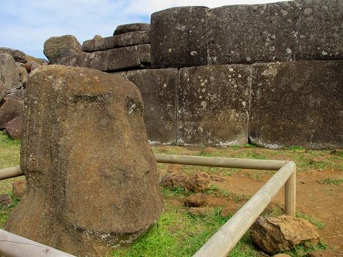 Moai enterrado y base de ahú con formas incas