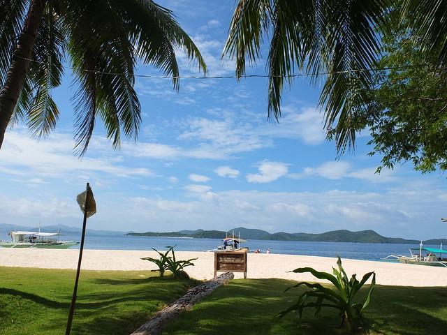 陰涼的草皮走幾步路就是白沙灘, 還有比這更像天堂的地方嗎