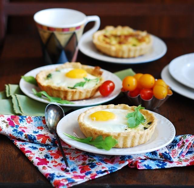 Baked bacon egg breakfast cups, tarts, tartlets, mini-pies