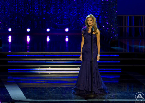 Miss WV, Kaitlin Gates, sings