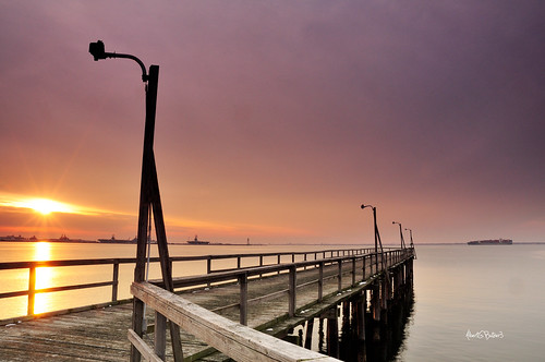 sunset water pier chesapeakebay hamptonroads norfolkvirginia navalstationnorfolk nikon1870 willoughbybay nikond90 benrotravelangeltripod singhray093stopreversegradndfilter