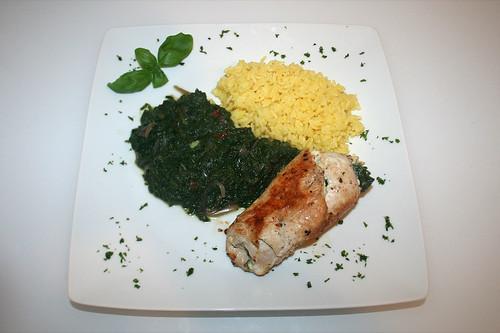 46 - Putenrouladen an Blattspinat-Tomatengemüse mit Safranreis / Turkey roulades with leaf spinach tomato vegs and saffron rice - Serviert