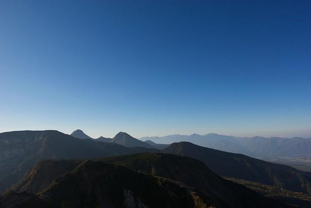 東天狗岳と西天狗岳の間から南方面