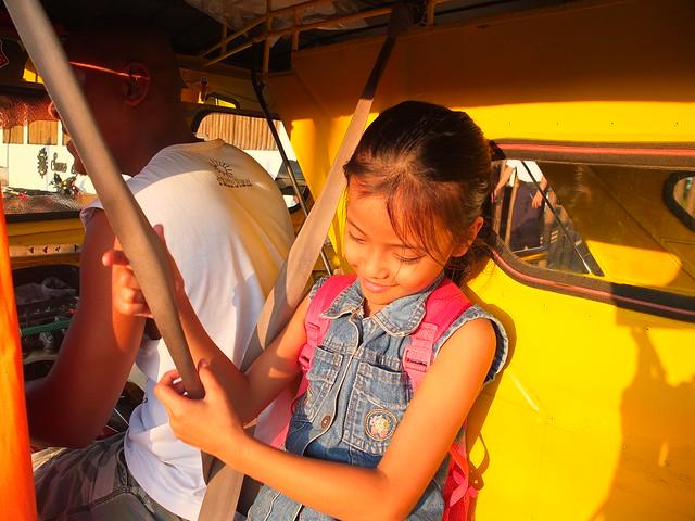 坐tricycle回Sunz en, 司機爸爸帶著女兒作生意
