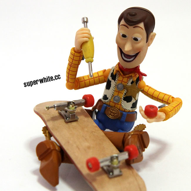 Woody repairing his Skateboard before entering the battle of the new shape!