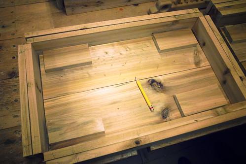 試擺今日所有的木料,上層邊條全都要先刨過,直接碰觸才不會磨手。