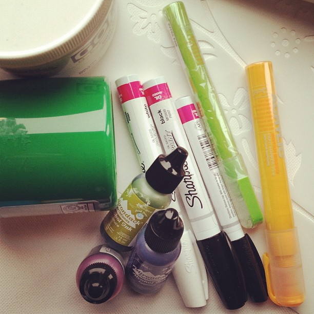 Art-supplies-pantone-color-of-the-year-emerald-paint