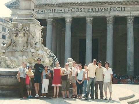 Art students outside the Pantheon in Rome, fall 2003.   photo / Anna Rita Flati