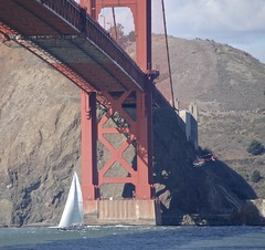 Helicopter flies under Golden Gate Bridge