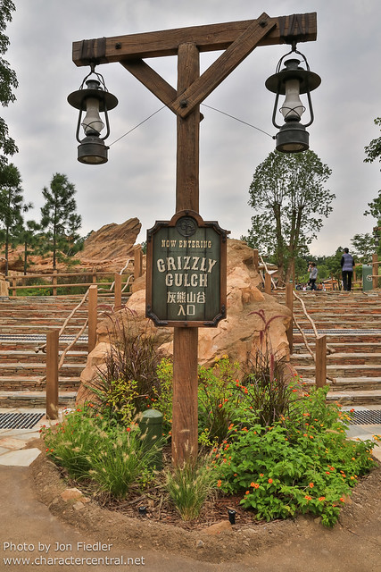HKDL Oct 2012 - Exploring Grizzly Gulch