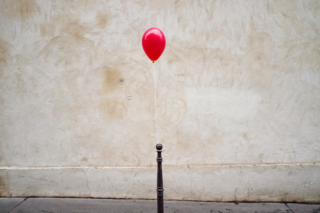 Le Ballon rouge - Minimalism in Street Photography