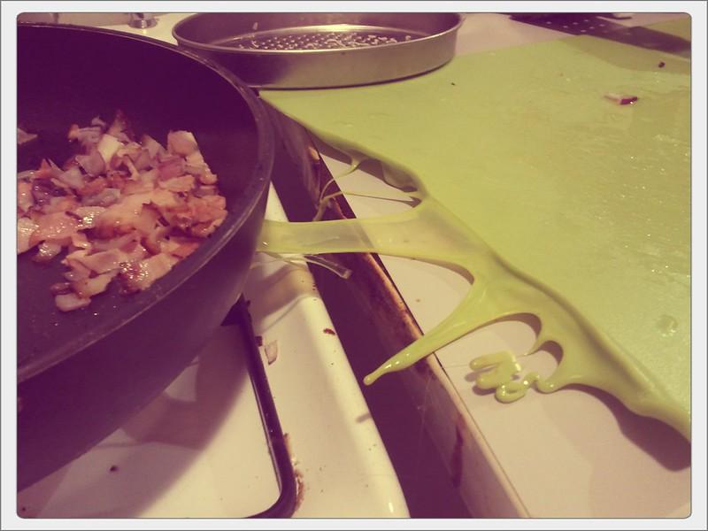 pannen in der küche: gebratener speck mit geschmolzenem plastik