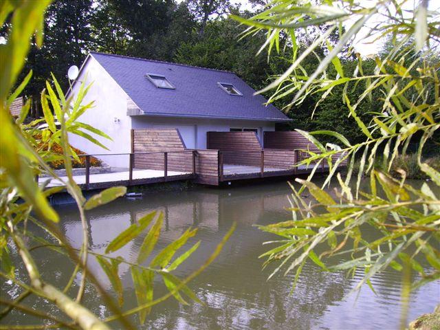 Vue de votre étang, de votre ponton et d'une des maisonnetes de la villa du guip en Bretagne sud dans le Finistère, decouvrez Concarneau, Pont Aven, Douarnenez