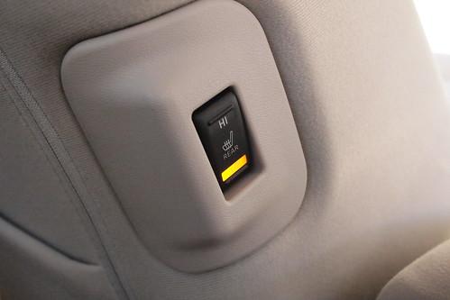 後席クッションヒータースイッチ(助手席背もたれ運転席側)