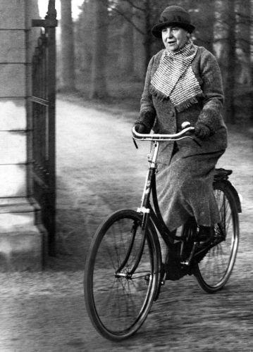 Koningin Wilhelmina fietsend