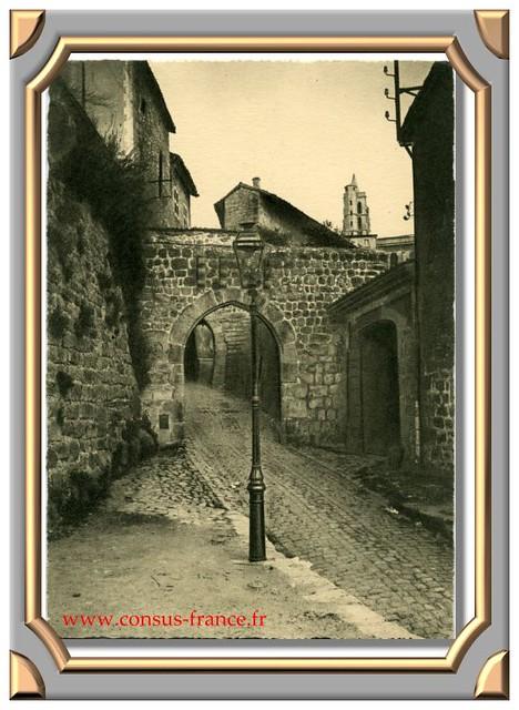 SAINT-BONNET-LE-CHATEAU (Loire) Porte de Mandria, double porte de l'enceinte fortifiée -70-150