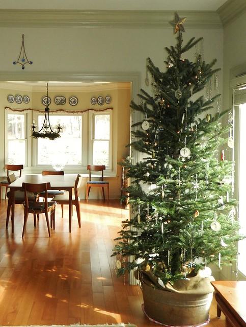 nordic-style christmas tree using a fir via homeologymodernvintage.com