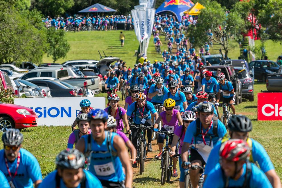 Con la participación de cientos de ciclistas iniciaba la 4ta. Edición de la Carrera de 30km Mandua´ra Light, que junta a parejas de corredores principiantes y experimentados para recorrer por senderos de Paraguarí. (Tetsu Espósito)