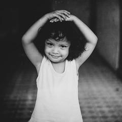 [フリー画像素材] 人物, 子供 - 女の子, モノクロ, インドネシア人 ID:201211160600