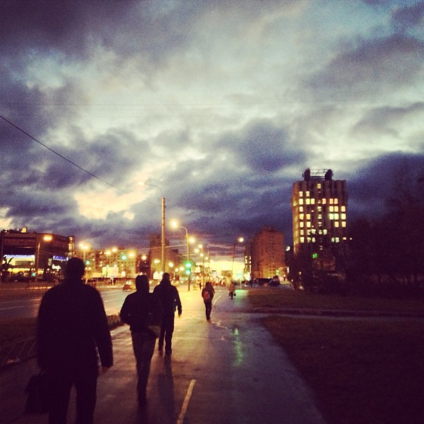 Early morning #morning #people #walk #sky #clouds #sunrise #architecture #city #spb #petersburg #autumn #autunno #città #cielo #mattina #gente