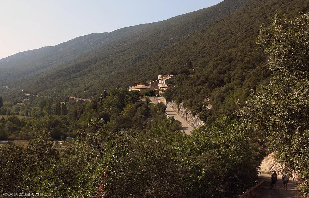 Le village, vu du cimetière, situé en retrait.