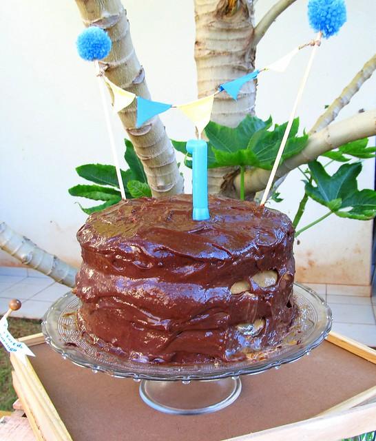 Bolo de aniversário infantil chocolate recheado com doce de leite, crocante de peca e ganache