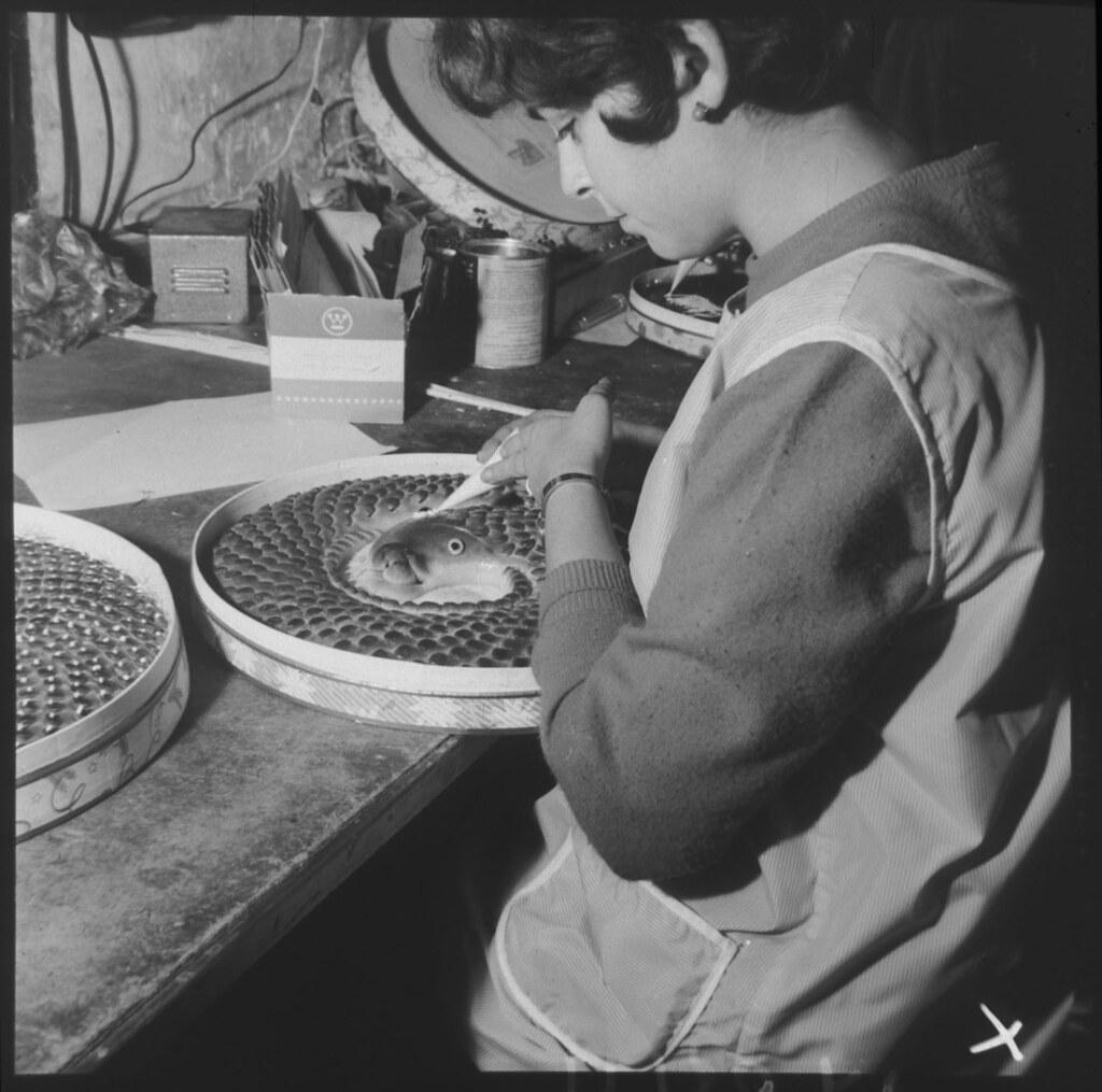 Decorando una anguila. Fabricación artesanal de mazapán en Toledo en los años 50 en la fábrica de José Barroso. Fotografía de Cristóbal Portillo © Archivo Regional de la Comunidad de Madrid, fondo fotográfico
