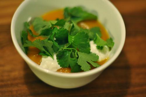 Græskarsuppe med yoghurt og koriander