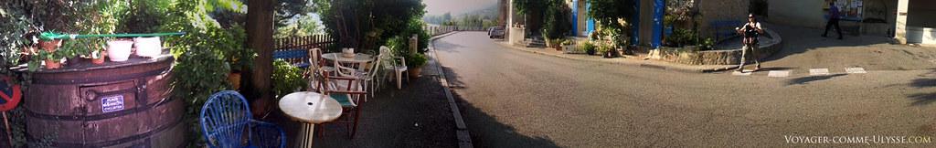 A gauche, la place des cyclistes, et à droite, l'entrée du village.