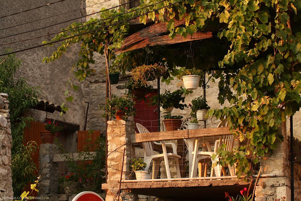 Chouette terrasse, à l'ombre des vignes.