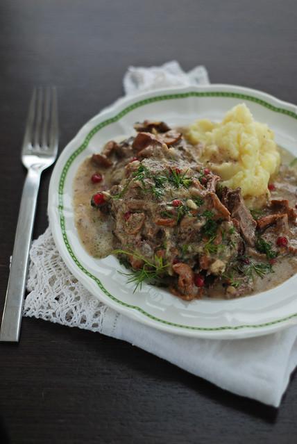 metssealiha kooreses kukeseene-pohlakastmes/wild boar with creamy chanterelle and lingonberry sauce