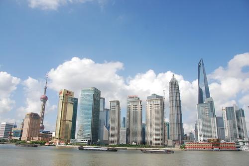 中國是唯一開始把氣候限制納入金融監管的經濟大國,圖為繁華的上海外灘,莫聞攝。