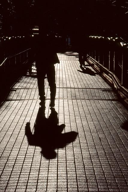 タイル上の人影