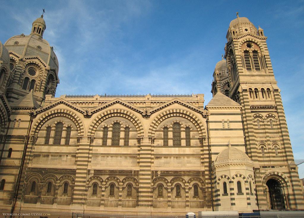 La cathédrale est immense, avec ses 142 mètres de long et ses 70 mètres de hauteur à la coupole centrale.