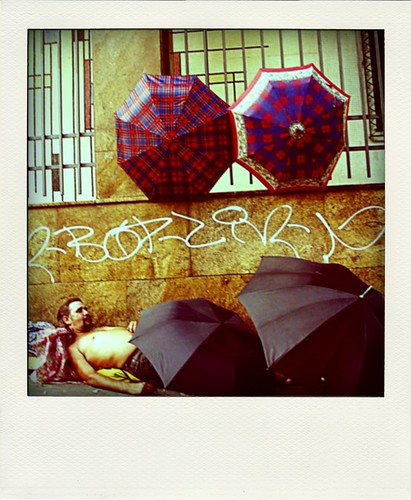 homem guarda chuva