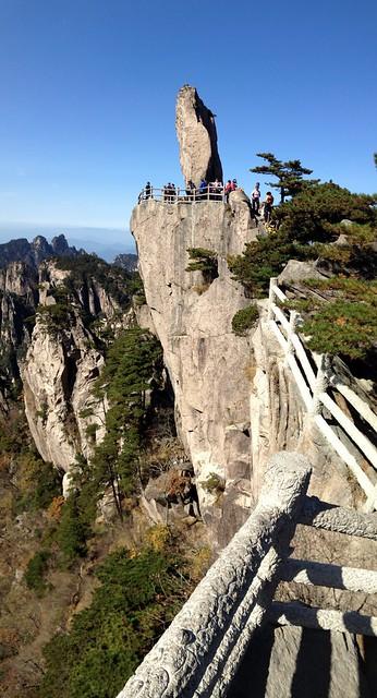 Huangshan 黄山 - Flying-over rock 飞来石