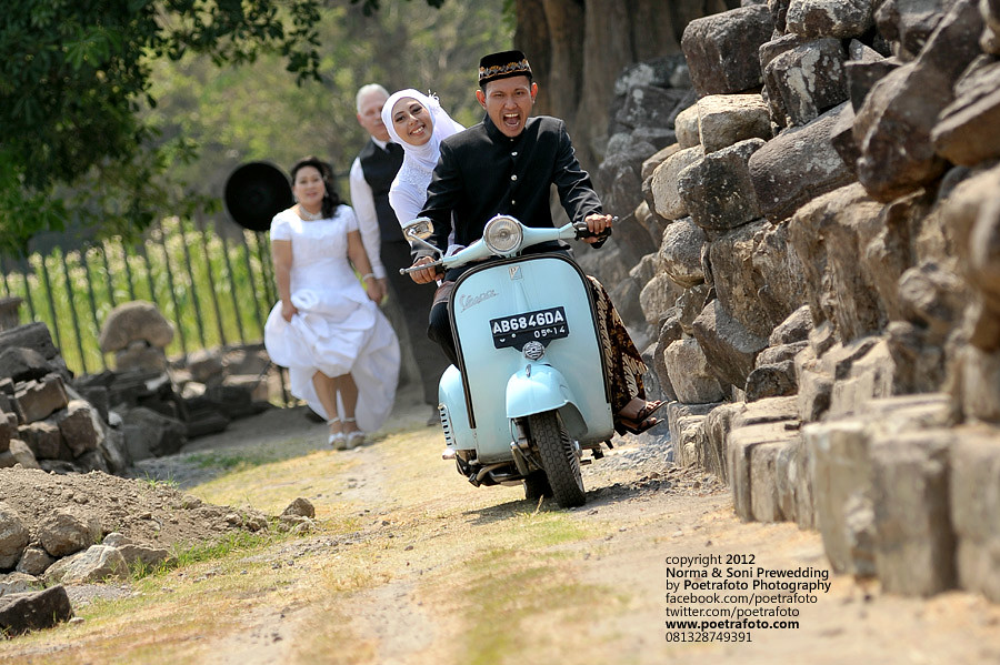 Foto Pre Wedding Vintage with Vespa Outdoor Photo at Yogyakarta Indonesia
