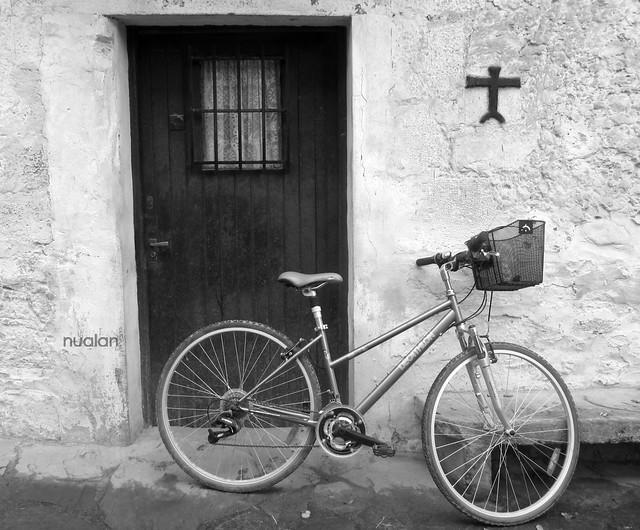 la bici y la puerta