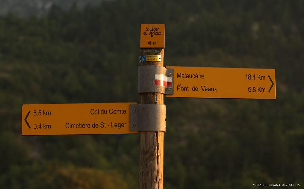 Panneaux indicateurs pour les randonneurs. Nous sommes ici à 18,4 km de Malaucène.