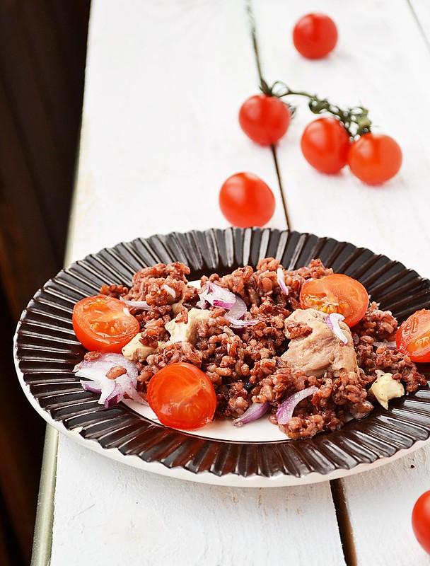 салат из красного риса с печенью трески.1
